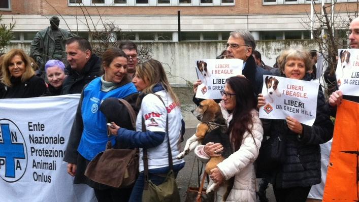 Davanti al Tribunale di Brescia pochi attimi prima della sentenza (foto di Valerio Gardoni)