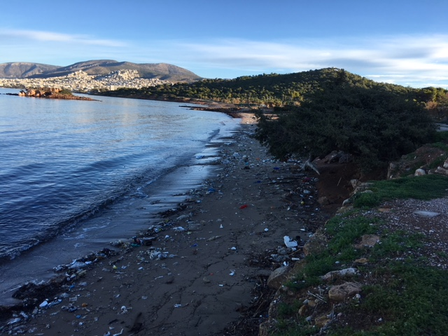 La spiaggia di Kavouri ricoperta di plastica dopo la mareggiata